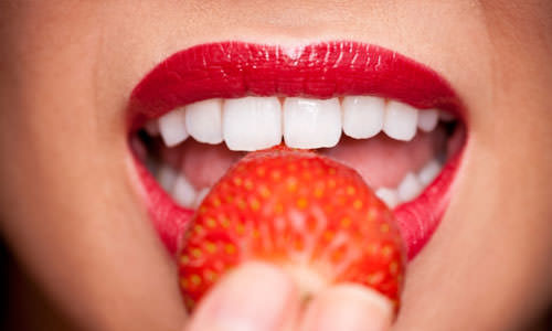 отбеливание зубов фруктами